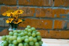 Trauben von Trauben auf einem Holztisch Lizenzfreie Stockfotografie