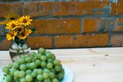 Trauben von Trauben auf einem Holztisch Stockbild