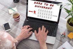 Trauen Sie sich, unterschiedliches Konzept auf einem Laptopschirm zu sein stockfotos
