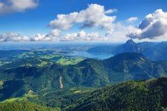 Trauensee和格蒙登,在Feuerkogel,萨尔茨卡默古特,萨尔茨堡,奥地利附近的山风景 库存照片