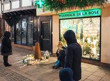 Trauer in Straßburg-Leuten, die den Opfern von Terro Tribut zahlen lizenzfreies stockbild