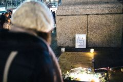 Trauer in Straßburg-Leuten, die den Opfern von Terro Tribut zahlen stockfotografie