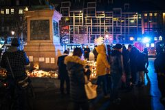 Trauer in Straßburg-Leuten, die den Opfern von Terro Tribut zahlen stockfotos