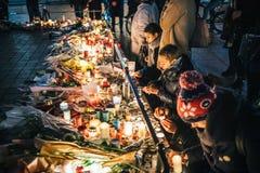 Trauer in Straßburg-Leuten, die Tribut zum Opferplatz Kiloliter zahlen stockbilder