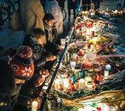 Trauer in Straßburg-Leuten, die Tribut zum Opferplatz Kiloliter zahlen lizenzfreie stockfotografie