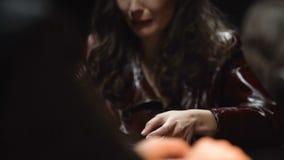 Traueraufpassendes Foto der witwe, Beweise über Mord an ihrem Ehemann liefernd stock video footage