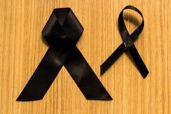 Trauerband zwei auf seinem Kasten lizenzfreie stockfotografie