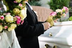 Trauerleute am Begräbnis mit Sarg Stockfotos