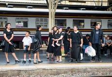 Trauernde bei Hua Lamphong Station in Bangkok Lizenzfreie Stockfotos