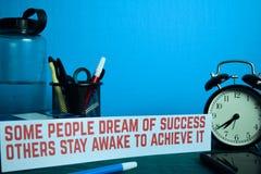 Traum einiger Leute des Erfolgs andere bleiben wach, um es zu erzielen planend auf Hintergrund der Arbeitstabelle mit B?roartikel lizenzfreie stockbilder