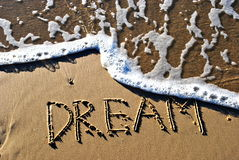Traum geschrieben auf Sand Stockbilder