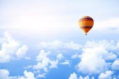 Traum- oder Reisekonzept, Fliege im Himmel auf Heißluftballon lizenzfreie stockfotos