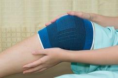 Trauma av knäet i stag under rehabilitering royaltyfri foto