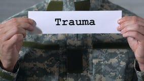 Trauma escrito en el papel en manos de la salud masculina del soldado, mental y física almacen de video