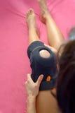 Trauma van knie in steun tijdens rehabilitatie stock afbeeldingen