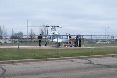 Traumapatiënt op Brancard die in een Helikopter worden geladen Royalty-vrije Stock Foto's