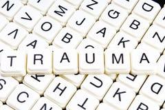 Traumatiteltext-Wortkreuzworträtsel Alphabetbuchstabe blockiert Spielbeschaffenheitshintergrund Weiße alphabetische Buchstaben au Lizenzfreies Stockfoto