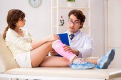 Traumatologist доктора молодой женщины посещая стоковое фото rf
