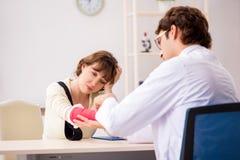 Traumatologist доктора молодой женщины посещая стоковые изображения