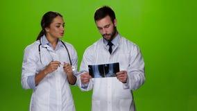 Traumatologist de arts verklaart hoe hij pasvorm een patiënt ziet behandelen stock video