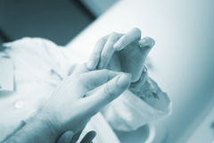 Traumatologist orthopedische chirurg arts die patiënt onderzoeken Royalty-vrije Stock Fotografie