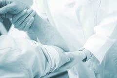 Traumatologist orthopedische chirurg arts die patiënt onderzoeken Royalty-vrije Stock Foto