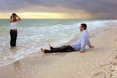 Traumfrau, die ein aus Ozean vor Mann herauskommt Lizenzfreies Stockbild