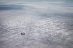Traumhafte Szene eines Bootes, das in Wolken schwimmt stockbilder