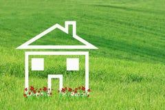 Traumhaus mit roten Blumen Stockfotos