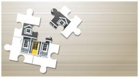 Traumhauskonzept mit Puzzlespielhaus auf Hintergrund des hölzernen Brettes Lizenzfreies Stockbild