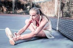 Traumi d'evasione di sport del giocatore femminile risoluto piacevole fotografia stock