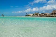 Trauminsel, Strand von Isla Mujeres, schöner Strand mit Wasserbungalows, Isla Mujeres, Mexiko Stockbilder