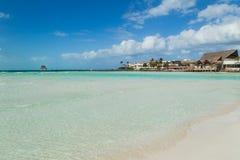 Trauminsel, Strand von Isla Mujeres, schöner Strand mit Wasserbungalows, Isla Mujeres, Mexiko Lizenzfreie Stockfotos