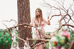 Traumzeit-Szene mit Boho-Braut Lizenzfreies Stockfoto