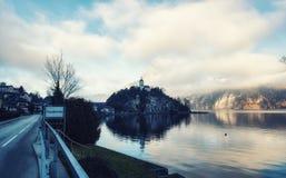 Traunkirchen村庄和特罗因斯泰因山 库存照片