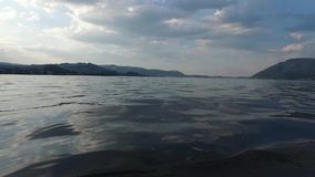 Traunsee, Traunkirchen, Traunstein. Traunsee von Wasser gefilmt, Sommer in Österreich stock video