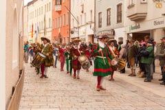 Traunstein/Alemania/Baviera - 06a de abril: Tren histórico de la fanfarria con el movimiento en el paseo del Georgi en Traunstein Fotografía de archivo
