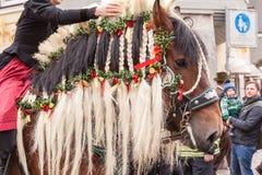Traunstein/Deutschland/Bayern - 06. av April: dekorerad häst vid Georgi'sens ritt i Traunstein Arkivfoton