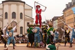 Traunstein, Niemcy, Bavaria/, Kwiecień 06th: Dziejowy kordzika taniec przy Georgirittes w Traunstein na Wielkanocnym Poniedziałku Obrazy Royalty Free