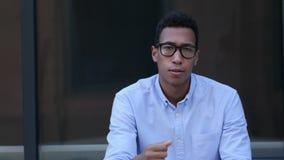 Traurig, frustriert, Umkippen-junger schwarzer gutaussehender Mann stock video