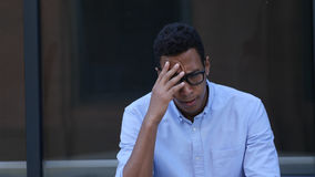 Traurig, frustriert, Umkippen-junger schwarzer gutaussehender Mann stockfotografie