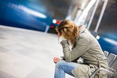 Traurig und allein in einer Großstadt - deprimierte junge Frau Stockfoto