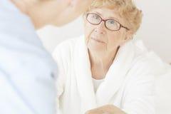 Traurige ältere Frau lizenzfreie stockfotografie