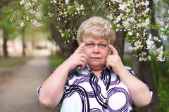 Traurige ältere Frau mit Gläsern lizenzfreie stockfotos