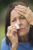 Traurige ältere Frauenkrise Stockfoto