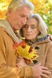 Traurige ältere Paare, die draußen umfassend stehen Lizenzfreie Stockfotos