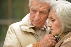 Traurige ältere Paare, die draußen umfassend stehen Lizenzfreies Stockbild