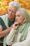 Traurige ältere Paare, die draußen umfassend stehen Lizenzfreie Stockbilder