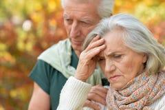 Traurige ältere Paare, die draußen umfassend stehen Lizenzfreie Stockfotografie