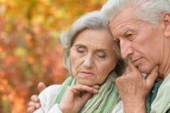 Traurige ältere Paare, die draußen umfassend stehen Stockfoto